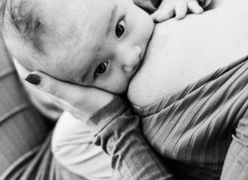 Женщина, кормящая грудью чужого ребенка - «за» и «против»
